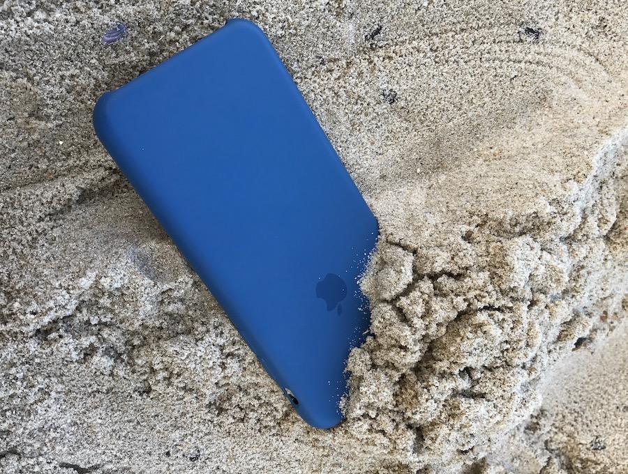 iPhoneが砂浜に